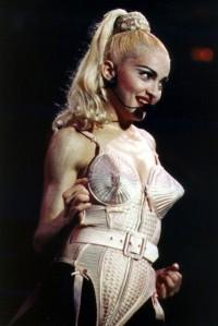 Madonna en escenario con un diseño de Gaultier.
